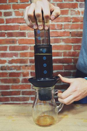 Aeropress to urządzenie dzięki któremu jesteśmy w stanie przygotować doskonałą kawę
